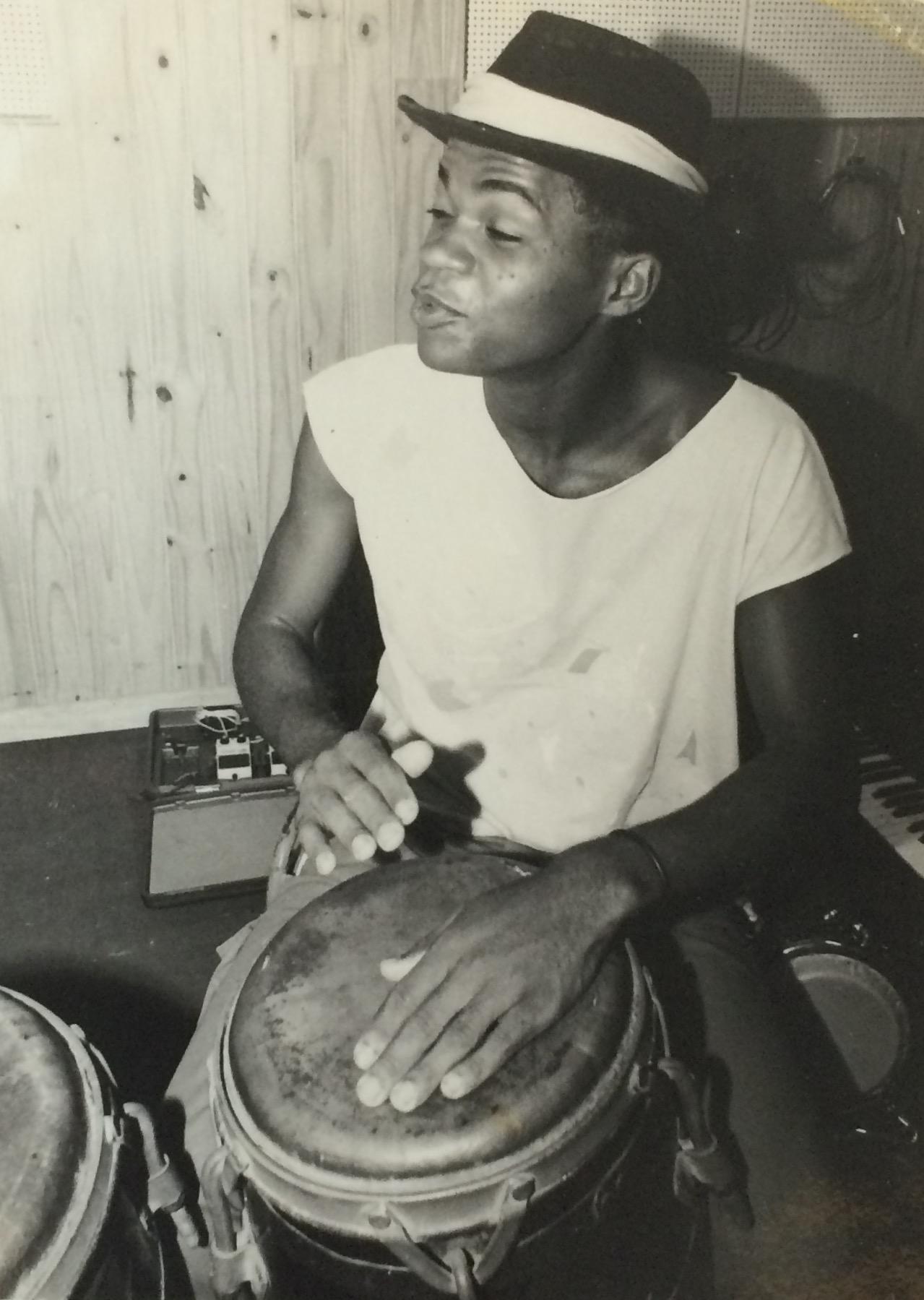 Carlinhos Brown tocando – CAPA